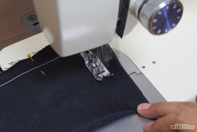 Step 31-Impara a cucire un angolo acuto. Nel punto in cui vuoi girare l'angolo, abbassa completamente l'ago nel tessuto. Puoi utilizzare la rotella manuale per abbassare l'ago. Solleva il piedino premistoffa. Lascia l'ago in basso, nel tessuto. Dopo di che, ruota il tessuto nella nuova posizione, lasciandovi l'ago. Infine, abbassa il piedino premistoffa con il tessuto nella nuova posizione e riprendi a cucire.