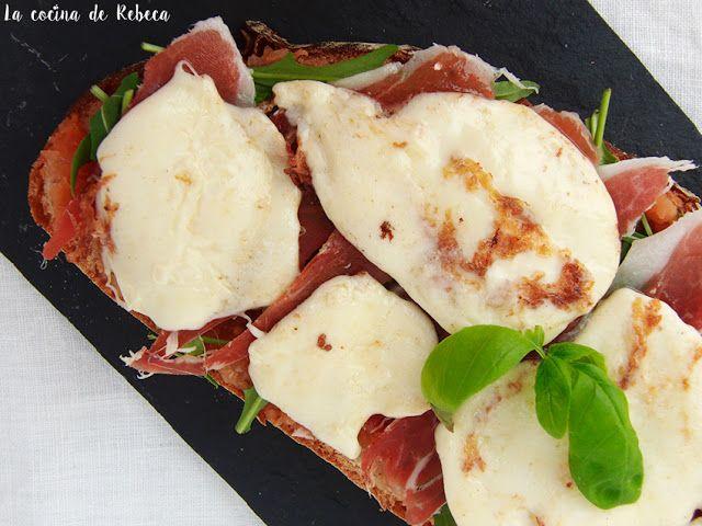 Tosta de rúcula, jamón y mozzarella