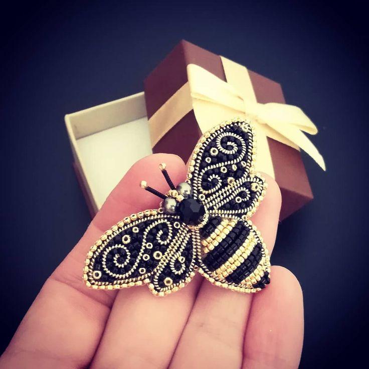 #greenbirdme #beebrooch #handmadebrooch #beadembroidery новая пчёлка готова отправиться домой