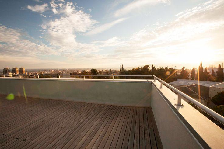 Nuestra residencia geriátrica dispone de unas vistas espectaculares de Barcelona, desde donde se aprecian tanto las vistas al mar y como a la montaña. En su planta superior podemos encontrar una terraza/solarium para que nuestros residentes puedan disfrutar cómodamente de estas vistas y de los días de sol. #exteriores #solarium