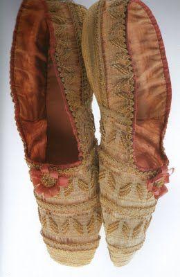 El escote sigue siendo exagerado pero principalmente en los atuendos de noche Las faldas además de mas largas serán mas abultadas, con varias capas de enagua.