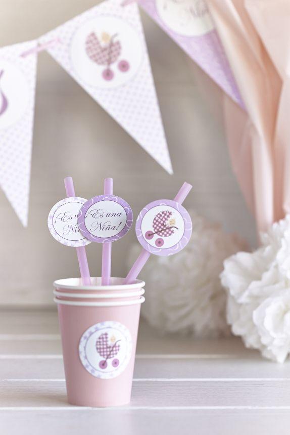 Vasos y pajitas personalizadas para un baby shower de niña.