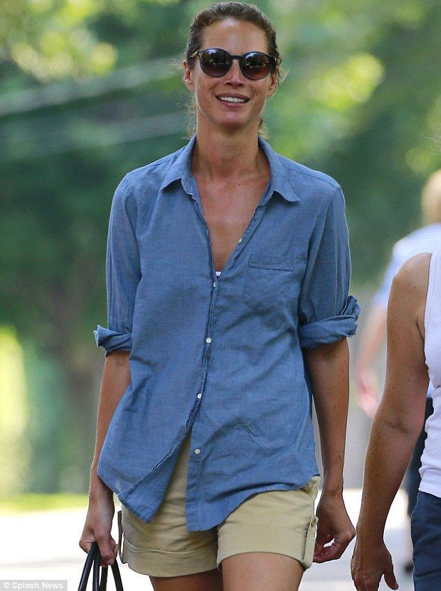 Model looks: Christy Turlington went with the casual look in shorts on Tuesday while strolling with a gal pal in the Hamptons in Long Island, New York Tolle Auswahl bei divafashion.ch. Schau doch vorbei