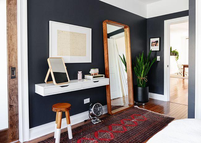 Vanité flottante IKEA, murs noirs de la chambre et grand miroir mural. Enfin, un
