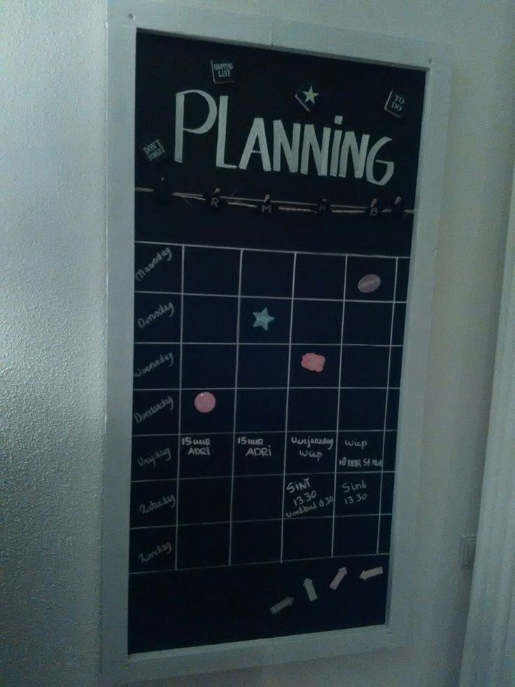 Planbord gemaakt van MDF, magneetverf, krijtbord verf en een lijstje van restplankjes geverfd met White wash verf.
