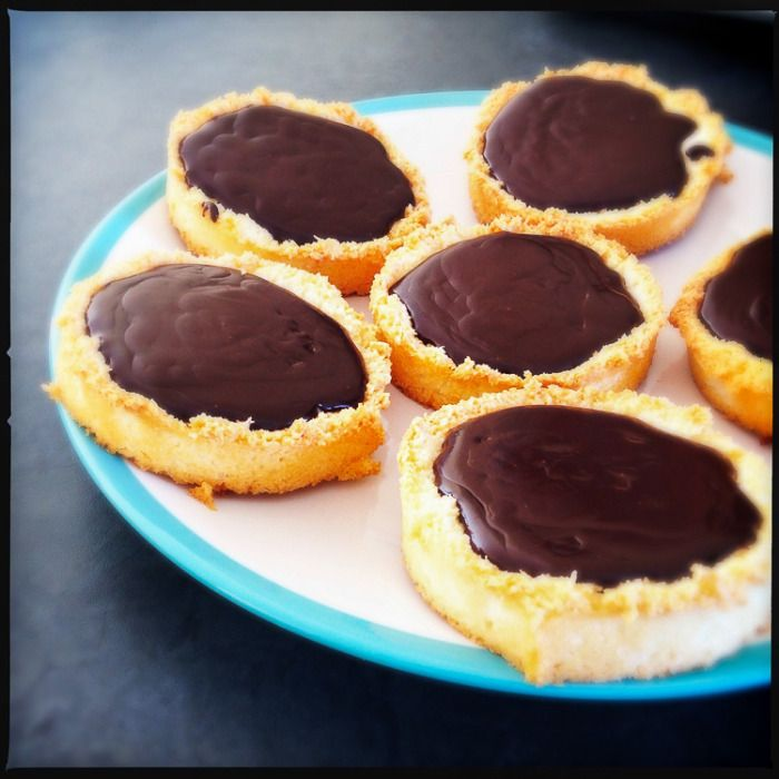 This is unadulterated chocolate heaven! These tarts are gluten-free and oh-so-delicious! Coconut-chocolate Tarts - Donna Hay