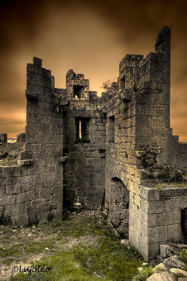 """CASTLES OF SPAIN - Castillo de Castro Caldelas o de los Condes de Lemos (1336), Orense, Galicia. Tuvo un papel activo y relevante en conflictos y sucesos en la zona durante la Edad Media, como en la revuelta  popular """"Irmandiña"""". En el año 1809 durante la Guerra de la Independencia el general francés Louissón incendia la villa y el castillo como represalia a los ataques de la guerrilla."""