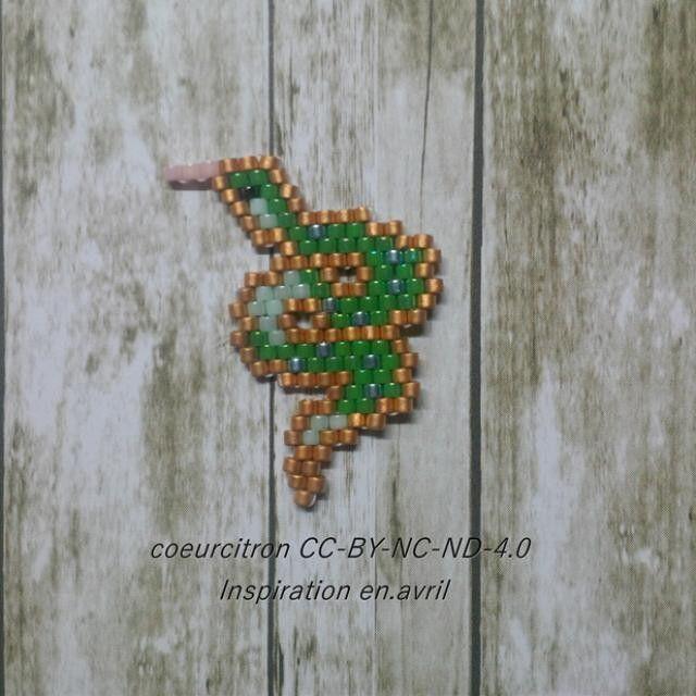 Petit serpent que je vais monter en pendentif. Souvenir de ma journée au zoo.  Motif inspiré du travail merveilleux de @en_avril_  Je voulais faire un serpent et je n'ai pas trouvé mieux!  #jenfiledesperlesetjassume #motifcoeurcitron #jesuisunesquaw #miyuki #perlesaddict #perlesaddictanonymes #enavril #handmade #diy #serpent #snake #bijou #jewel #tissageperles #brickstitch #motifcoeurcitron