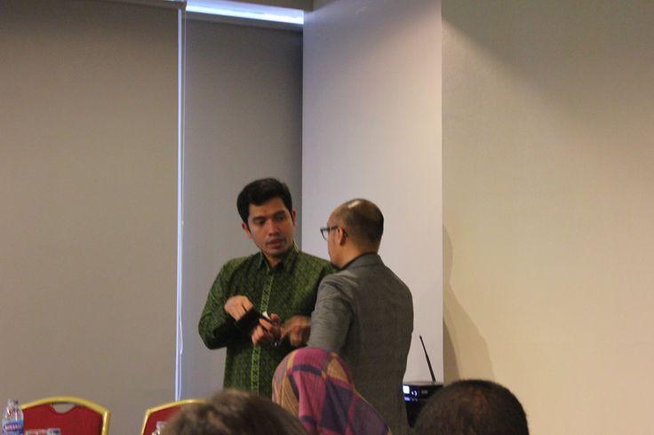 Bapak Harry Alexander | Policy Director St WCS & Lecture sedang menjawab pertanyaan dari peserta