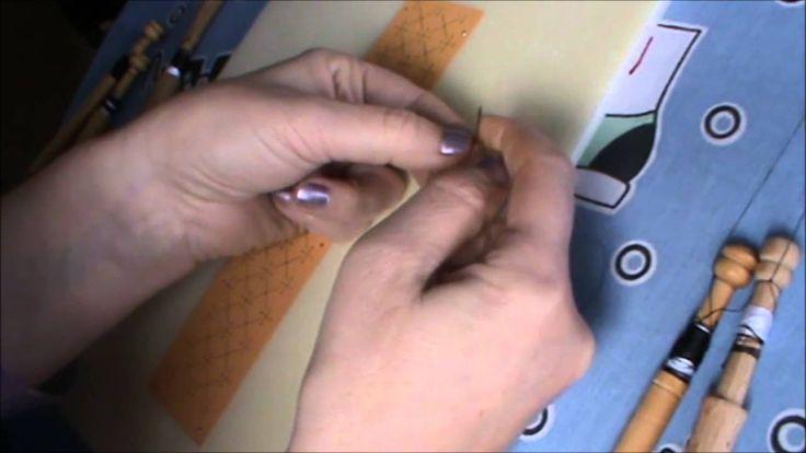 En este video vemos un nudo que queda muy fino, abulta poco y hace que sea muy adecuado para el encaje de bolillos cuando no queda mas remedio que hacer nudo...