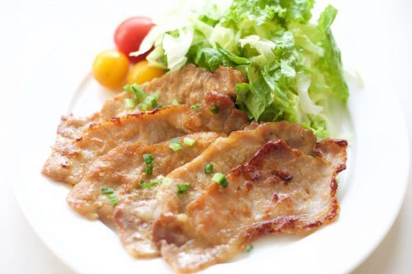 4月20日NHK「あさイチ・解決!ゴハン」で放送された、重信初江さんのレシピ「豚肉のしょうが焼き」とつけあわせの「コールスローサラダ」の作り方をご紹介します。 みんなが大好きなメニュー豚肉の生姜焼き。お肉を柔らかく仕上げるコツは、筋切りをし、たたいて伸ばすことがポイントです。たれは砂糖を使わずハチミツでコクを加え、仕上げに絡めるのが重信さん流。 コールスローはポリ袋で揉み込み簡単! ぜひ参考にしてみてくださいね。 豚肉のしょうが焼き・レシピ 材料 2人分 豚肉ロースまたはモモ(生姜焼き用) 6枚 新玉ねぎ 1/4個 ショウガ 15g はちみつ 大さじ1 酒・しょうゆ 大さじ1・1/2 ベビーリーフ・ミニトマト 適量 作り方 新玉ねぎは5mmのくし形に切る。ショウガは千切りにする。はちみつ、酒、しょうゆを混ぜ合わせておく。 豚肉は包丁の先で筋切りをし、たたく。茶漉しを使って小麦粉を軽く振る。 フライパンに油を引いて熱し、肉を入れて強火で一気に焼く。30秒で軽く焼き目をつけ、裏返して20秒ほど焼く。 新玉ねぎ、ショウガ、タレを加えて絡めながら1分半ほど焼く。 ベビ...