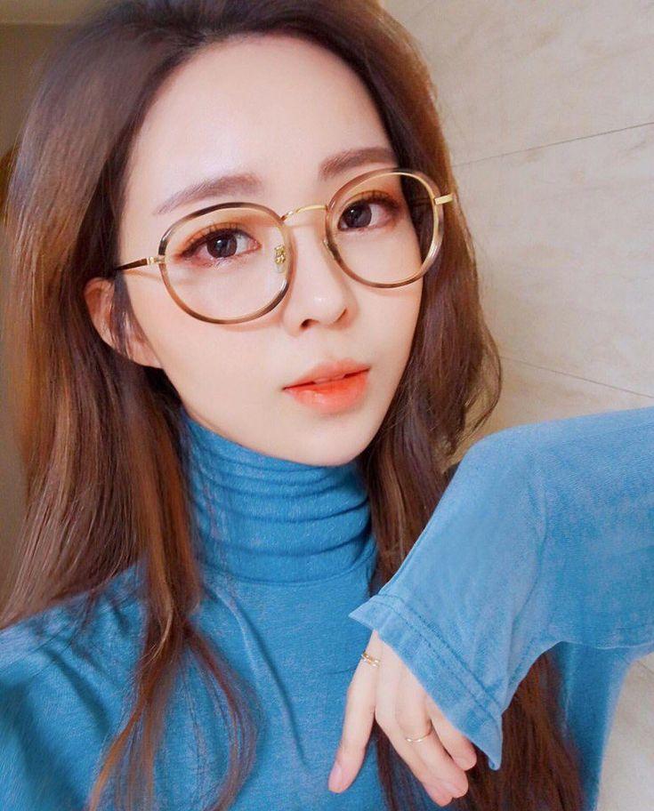 Off hot asian girls in glasses