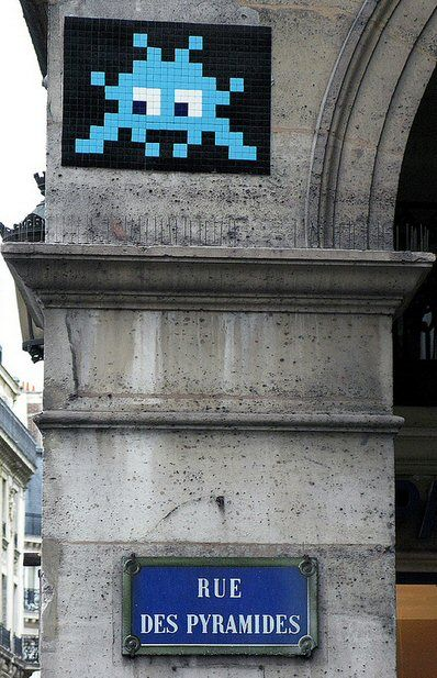 Un Space Invader, rue des Pyramides...  (Paris 1er)