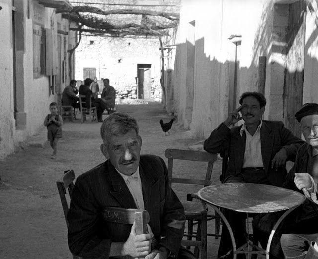 Ανάμεσα σε δυο καφενεία - Κρήτη 1955