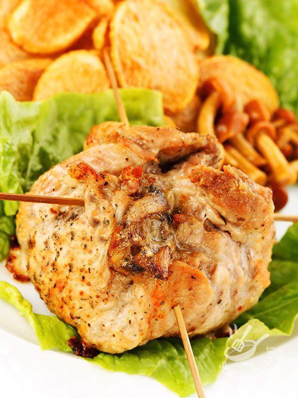 Rolls with bacon and mushrooms - I Fagottini con speck e funghi: piccoli concentrati di sapore, morbidi e gustosi. Sono una ricetta facile e veloce da preparare, sfiziosissima e ricca.