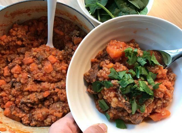 Søtpotetgryte med biff og quinoa.