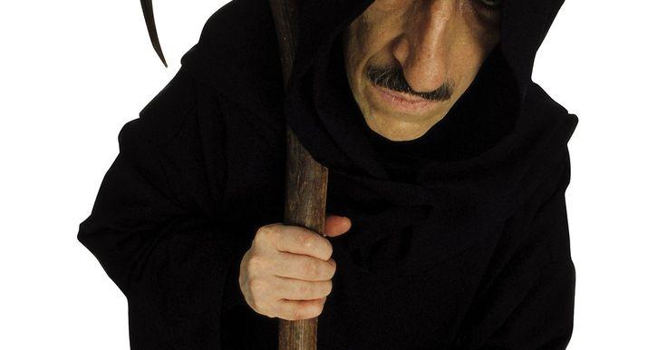 Cómo hacer una bata de la Muerte. Algunas veces es necesario idear buenos disfraces de Halloween rápidamente usando artículos que ya tienes. Aunque hay muchas tiendas que venden batas de la Muerte, confeccionar la tuya propia te resultará rápido y poco costoso. Puedes complementar la capa hecha en casa con pintura facial negra y blanca, y una guadaña. La bata de la Muerte es ...