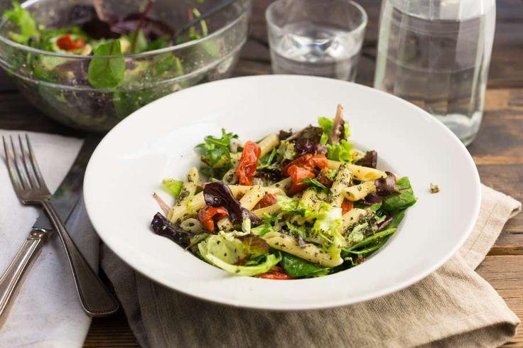 Recept voor pastasalade voor 4 personen. Met zout, peper, zongedroogde tomaten, groene pesto, slamelange en penne (pasta)