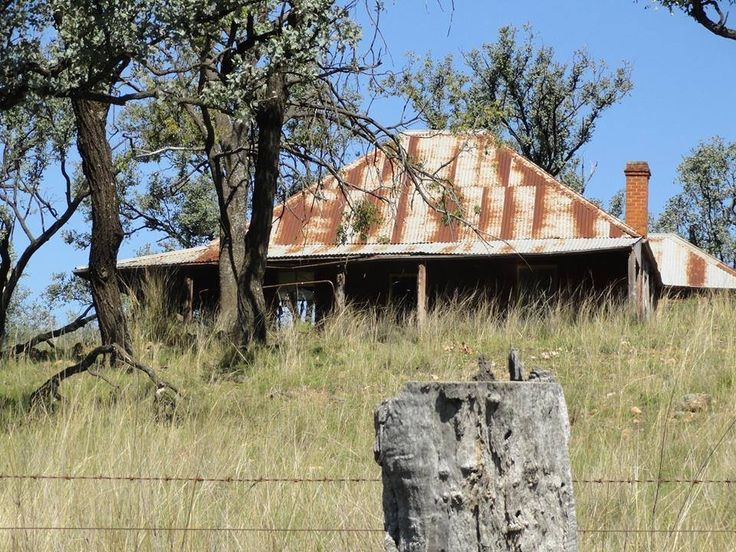 This is a typical old homestead in the australian bush. Early late 19th to 20thC.