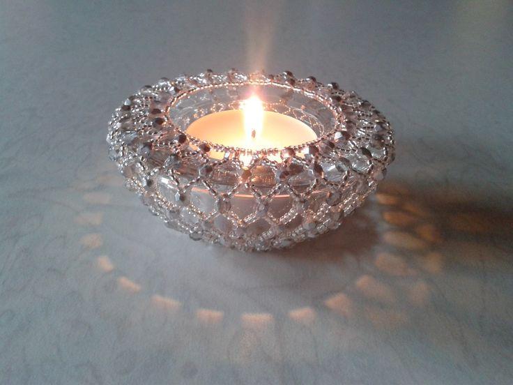 Svícen obšitý korálky stříbrný Svícen je obšitý rokajlem a ohňovkami. Průměr svícnu je 7,5cm a výška 2,5cm.