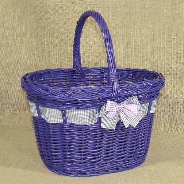 Wiklinowy koszyk w kolorze fioletowym, zdobiony wstążką z kokardą.