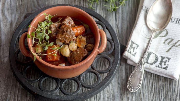 Burgundinpata | Syksyn viiletessä maistuu ihanat, mureat lihapadat. Valmista herkullinen Burgundinpata ja tarjoa seuraksi keitettyjä perunoita.