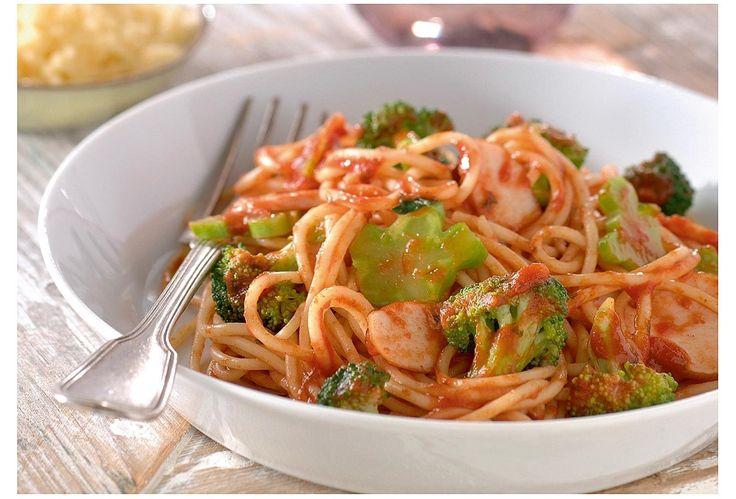 Spaghetti met kruidige tomatensaus, gerookte kip en broccoli