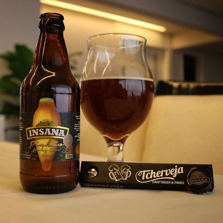 Faaala cervejeiros! Hoje brindamos com essa Barley Wine da @cervejainsana. Um rótulo que leva pinhão na receita.  ___ É uma cerveja mais encorpada e alcoólica que podemos identificar notas amadeiradas de ameixa e caramelo.  ___ Ahh e tem também o abridor mais louco de todos do meu amigo @tcherveja! Que trabalho meu querido... Sucesso!  ___ E aí qual é a breja desse sábado? Cheers!  #bebomelhor #bebamenosbebamelhor #cervejadeverdade #artesanal #instabreja #prost #pornbeer #lajehomepub…