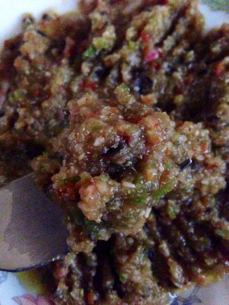 Quinoa, berenjena, ajo, sal de ajo, cebolla, pimiento rojo y verde, poner al fuego a hervir con agua unos 10 mins. Escurre y tritura. Espolvorea semillas de sésamo y un chorro de aceite de oliva.