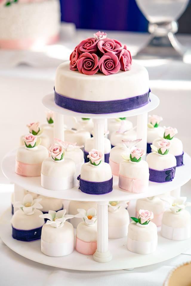 Unsere Konditorin lässt Kuchenträume wahr werden. Mit viel Liebe zum Detail kreiert sie wunderschöne, individuelle Hochzeitstorten! #hochzeitstorten #hochzeitsstortentraum #hochzeitstortendesign #tortenkunst #vandervalk #vandervalkhotel #vandervalkhotels