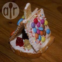 Een leuk idee voor een kinderfeestje is het maken van deze snoep- en koekhuisjes. De kleintjes hebben wel wat hulp hierbij nodig, omdat je het huisje een poosje moet vasthouden voor het suikerglazuur hard is.