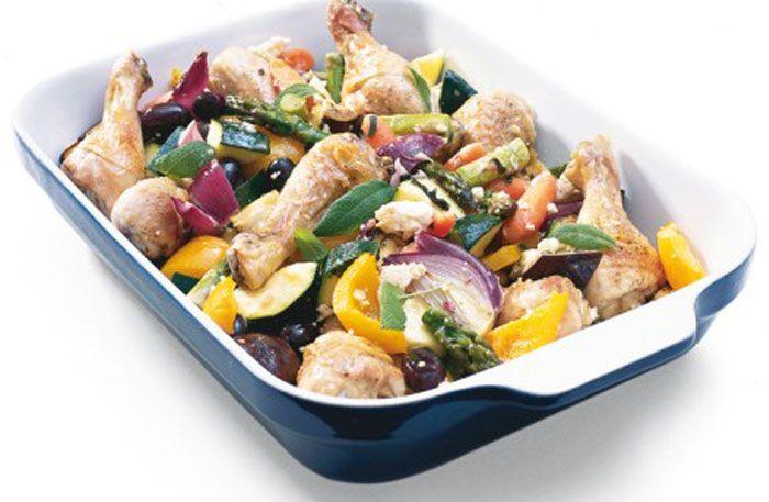 En praktisk allt-i-ett-rätt. Kycklingbenen steks först halvfärdiga innan grönsakerna läggs i. Använd en tillräckligt stor form så att allt får plats.