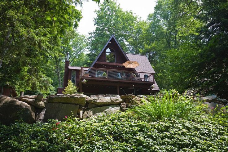 House in Ashford, United States. The Ashford Lake house is a the perfect place for your quiet getaway or relaxing family vacation.  Enjoy lake life with all the amenities, surrounded by beautiful wooded eastern Connecticut forest-  Hike, kayak, fish, swim, sit fire side, it's her...