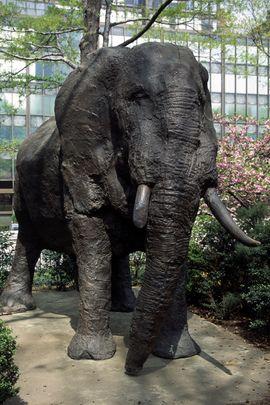 « L'éléphant endormi », moulage en bronze, est un don des Gouvernements du #Kenya, de la #Namibie et du #Népal. La sculpture est l'œuvre de l'artiste Mihail Simeonov et se trouve dans le jardin côté nord du Siège de l'ONU à New York. Il a été présenté à l'Organisation des Nations Unies le 18 Novembre 1998.