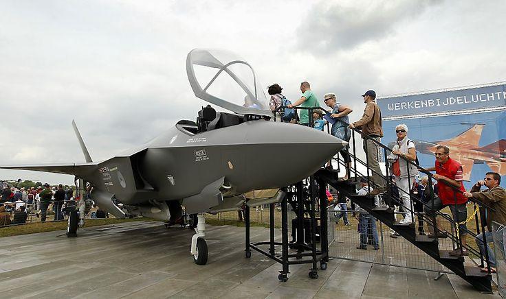 Bezoekers bij de F-16 straaljagers