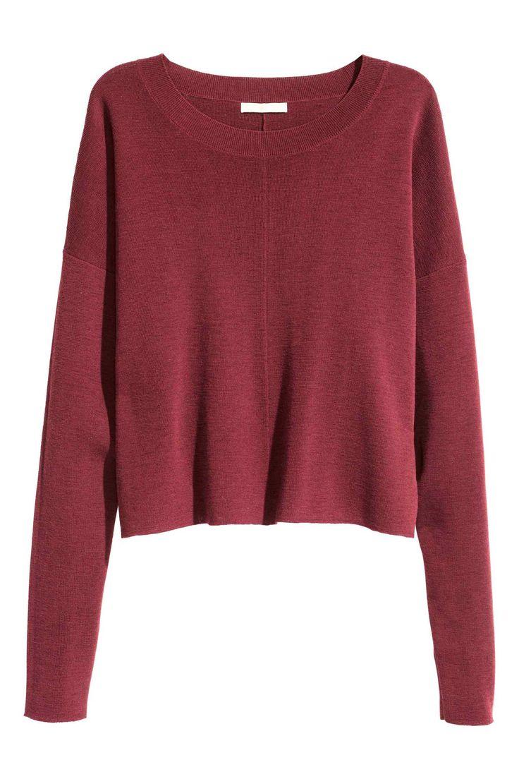 PREMIUM QUALITY. Een wijde, fijngebreide trui van wol met een ribgebreide boord langs de halsopening en verlaagde schoudernaden.