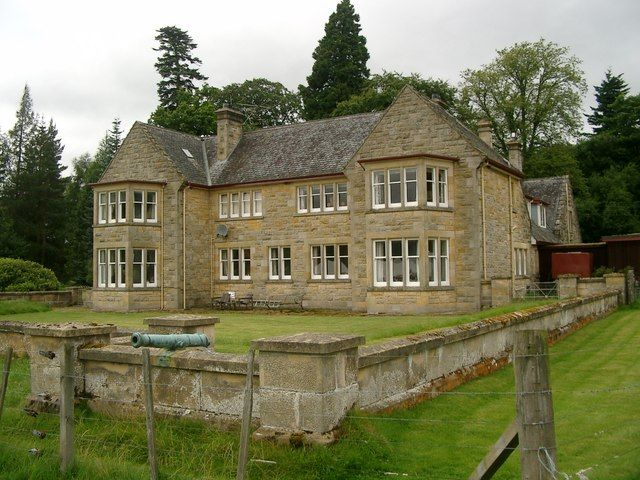 Moy Hall near the village of Moy south of Inverness has been the home of the Chief of the Clan Mackintosh since the 14th century. Jacobite supporter Lady Anne Farquharson-MacKintosh entertained Charles Edward Stuart here in 1746.
