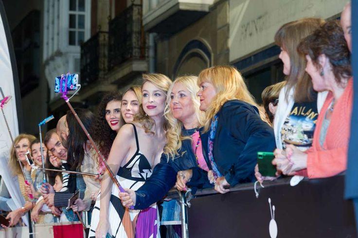 Silvia Abascal sorprendió a todos luciendo embarazo en la alfombra naranja del FesTVal de Vitoria