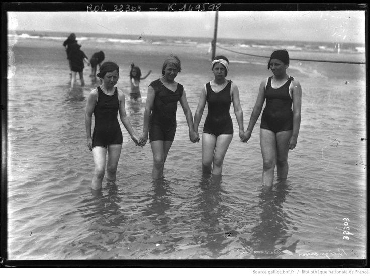 4 jeunes filles sur la plage deauville les pieds dans l 39 eau agence rol national library of. Black Bedroom Furniture Sets. Home Design Ideas