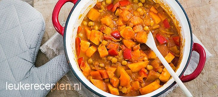 Milde vegetarische curry met zoete aardappels, kikkererwten, paprika en Indiase kruiden