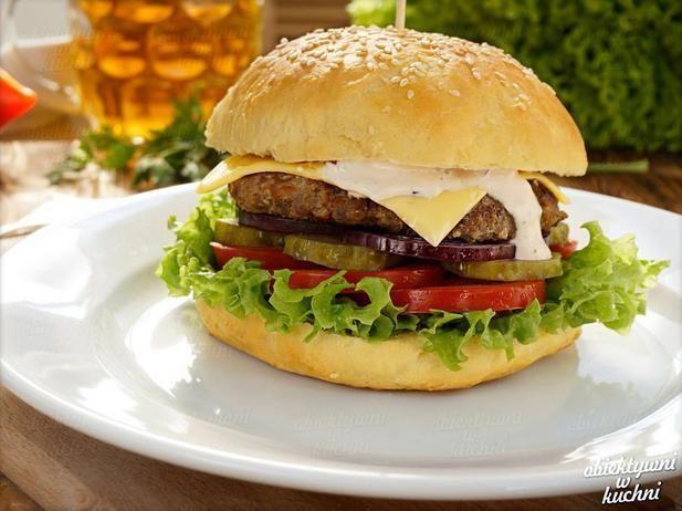 Przepyszny domowy burger amerykański. Więcej na moim blogu: www.obiektywniwkuchni.pl
