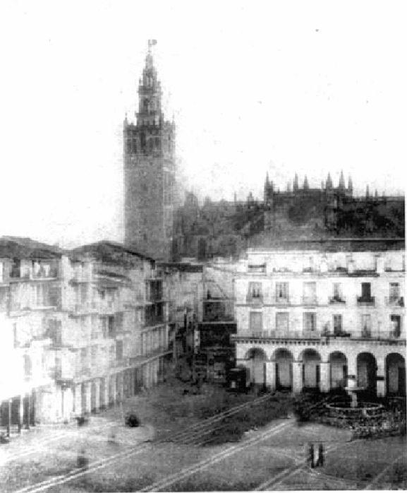 Plaza de San Francisco en 1850. Una plaza con soportales, donde la pila del pato ocupaba su primitivo lugar, luego se colocó en el centro de la plaza en 1872, donde estuvo hasta su traslado a la Alameda de Hercules en 1881. El edifico porticado de la zona Norte fue sustituido por el actual Banco de España en 1928.