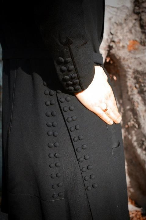 Button details on a vintage 1910s suit. --- oooooh. i /like/ these details. even (especially?) if those buttons on the gore aren't functional. it'd be so cool  if they are, though. then you could get 2 silhouettes from 1 coat.