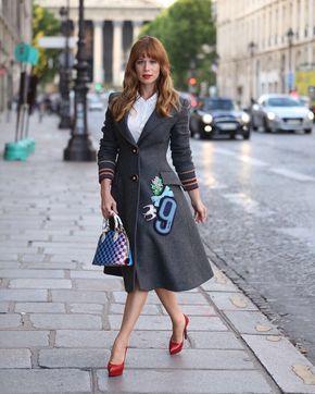 Mariana Ximenes veste sobretudo cinza com aplicações e salto alto vermelho.