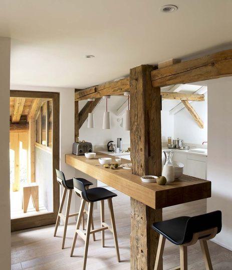 Charpente apparente dans la cuisine - Plus de photos de cuisines conviviales sur Côté Maison http://petitlien.fr/71fx