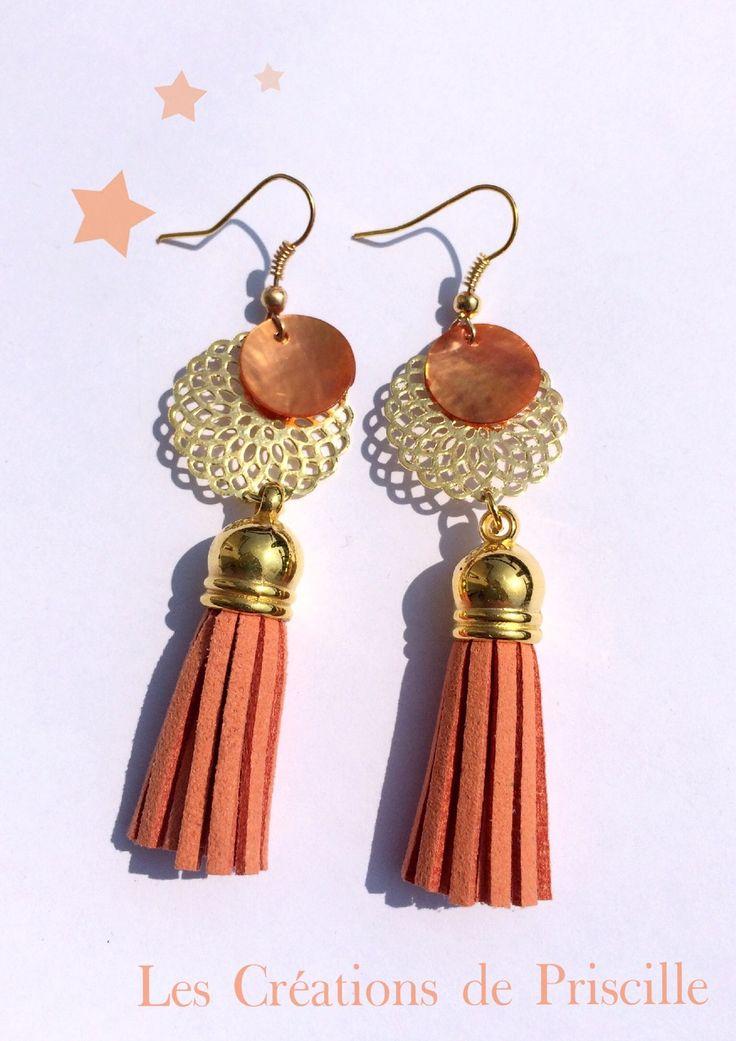 Boucles d'oreilles estampes dorées, pompons suédine oranges, sequins en nacre