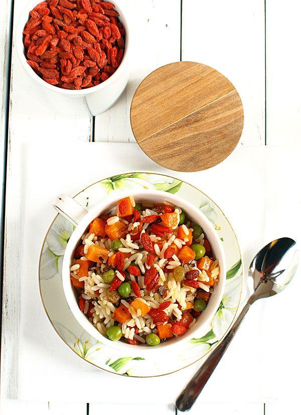 Sałatka ryżowa z warzywami, owocami goji i rodzynkami - bardzo zdrowa i kolorowa - MniamMniam.pl