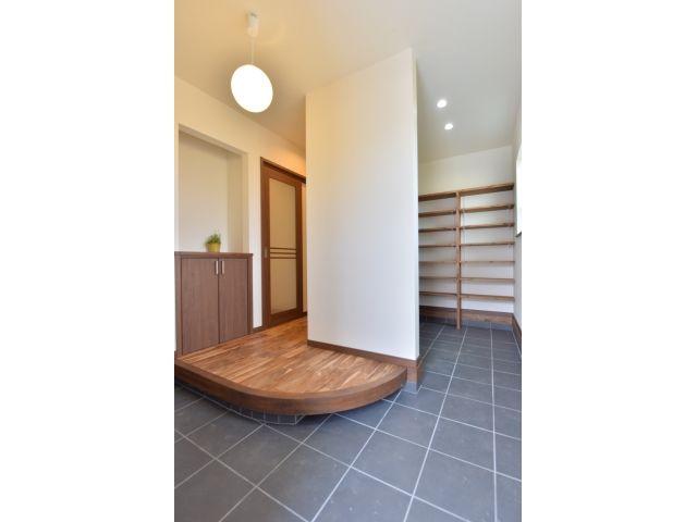 1F:玄関<br /> かまちの下には普段履きを隠せる便利収納。