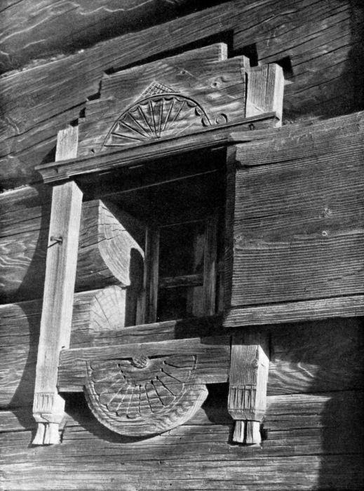 Такими были оконные наличники до 17-го века.Оформление окна дома - своеобразная картина мира. В верхней части небо, которое в славянских поверьях было 2-уровневым: «нижнее небо» называли «небесными хлябями», а верхнее – «небесной твердью». Небесная хлябь – символ плодородия и живительной влаги - изображается как волнистая линия или отчетливые полукружья и могла «стекать» по краям окна, изображаясь в виде капелек.  Источник: http://www.kulturologia.ru/blogs/300915/26502/