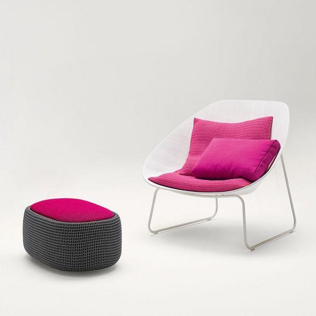 Paola Lenti Shtio.  Design fauteuil in gebogen hout. Basis in staal,.Zitting in gebogen multiplex gefineerd en geverfd in Sabbia , calce , grigio of grigio scuro . De grens van het houten frame en de stalen onderstel is mat gelakt in kleuren passend bij de kleur van de hout -